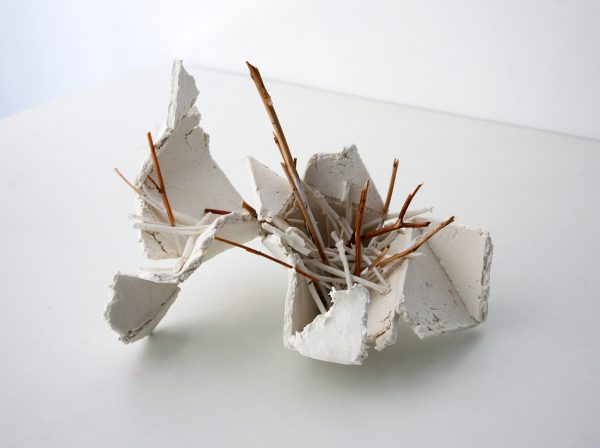 resiliencia, porcelain and wood, 27 x 18 x 23 cm. 2017